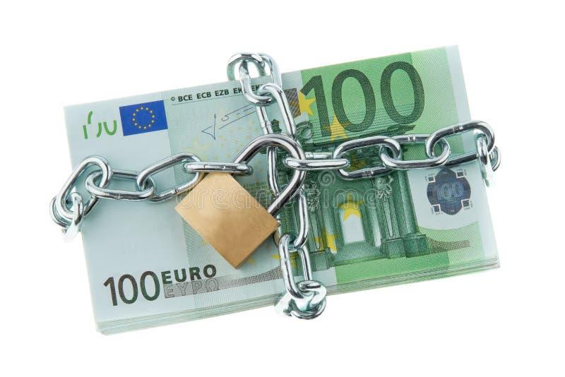 Billetes de banco euro con un bloqueo y un encadenamiento. imágenes de archivo libres de regalías