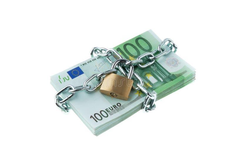 Billetes de banco euro con un bloqueo y un encadenamiento. fotos de archivo libres de regalías