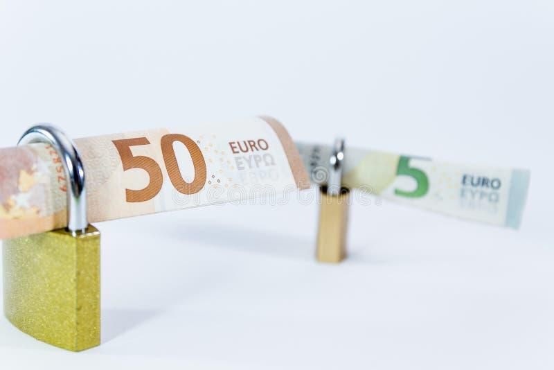 Billetes de banco euro del valor del dinero con el candado, sistema de pago de la unión europea foto de archivo libre de regalías