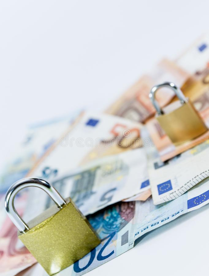 Billetes de banco euro del valor del dinero con el candado, sistema de pago de la unión europea imagen de archivo libre de regalías