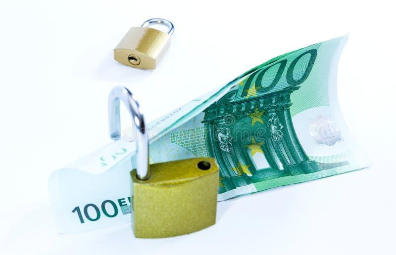 Billetes de banco euro del valor del dinero con el candado, sistema de pago de la uni?n europea fotos de archivo libres de regalías