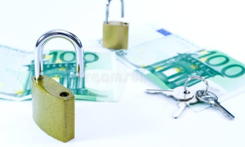 Billetes de banco euro del valor del dinero con el candado, sistema de pago de la uni?n europea fotografía de archivo libre de regalías
