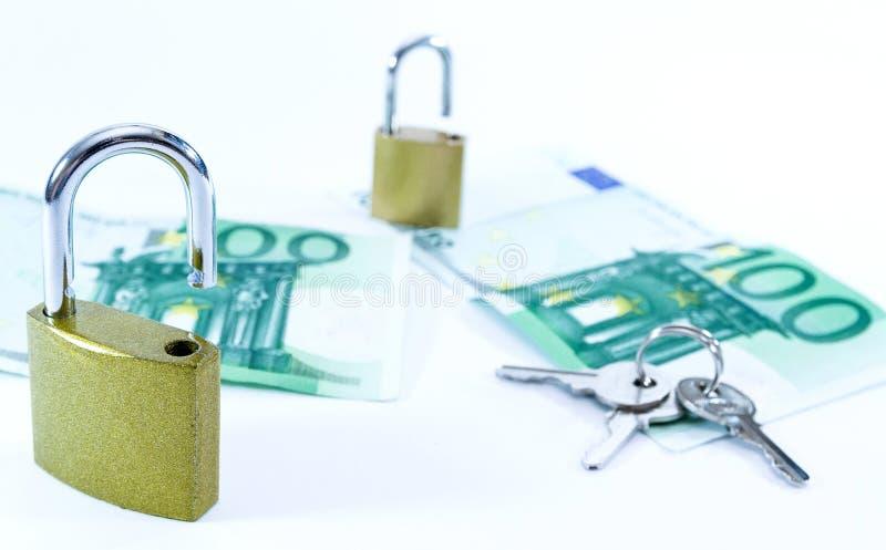 Billetes de banco euro del valor del dinero con el candado, sistema de pago de la uni?n europea foto de archivo