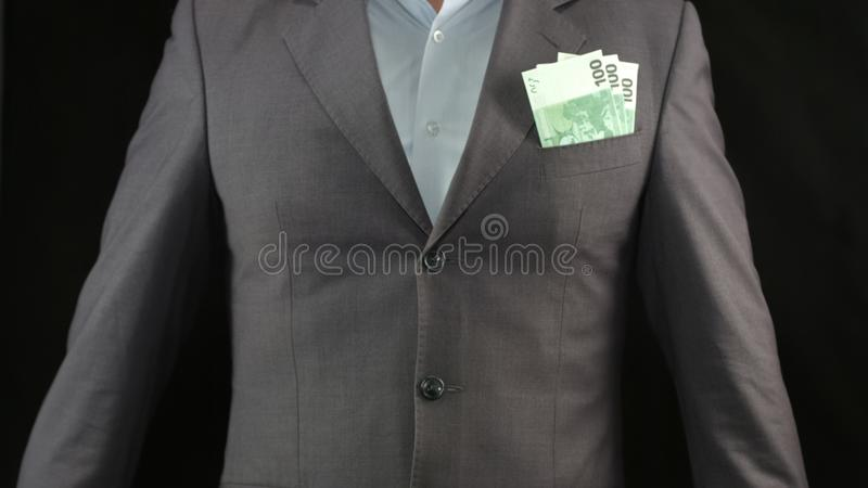 Billetes de banco euro en el bolsillo del hombre de negocios, los ahorros y la renta, estrategia del ?xito fotos de archivo libres de regalías