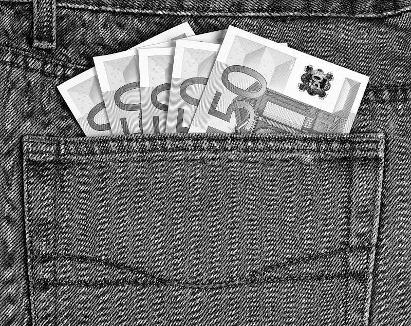 50 billetes de banco euro en el bolsillo de los vaqueros blanco y negro imagen de archivo libre de regalías
