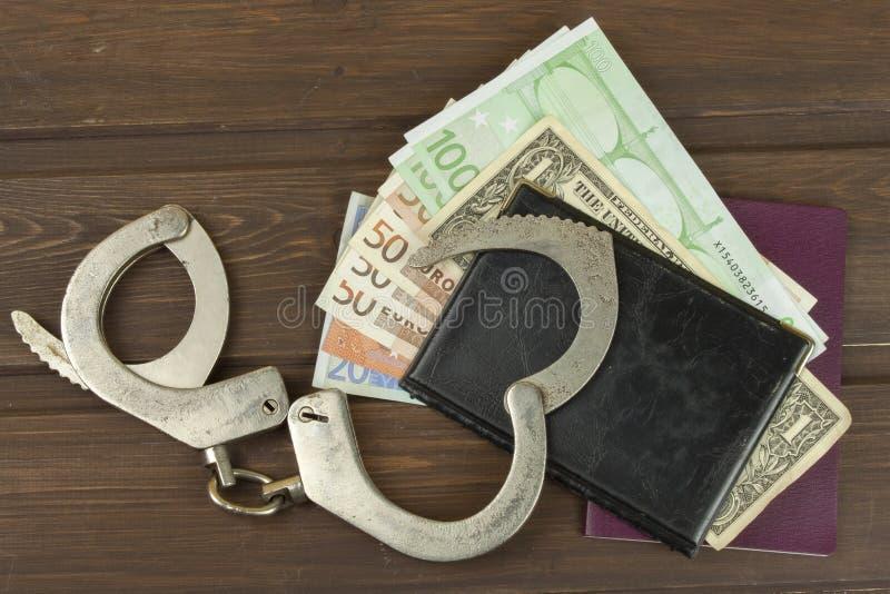 Billetes de banco euro en una tabla de madera imágenes de archivo libres de regalías