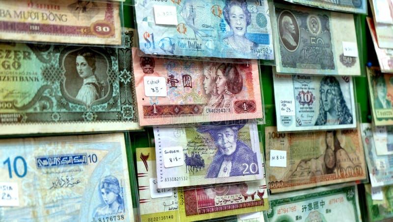 Billetes de banco viejos de los países diferentes imagenes de archivo