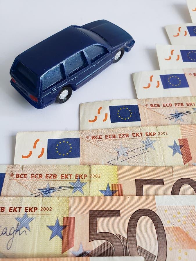billetes de banco y figura europeos de un coche en azul marino fotografía de archivo