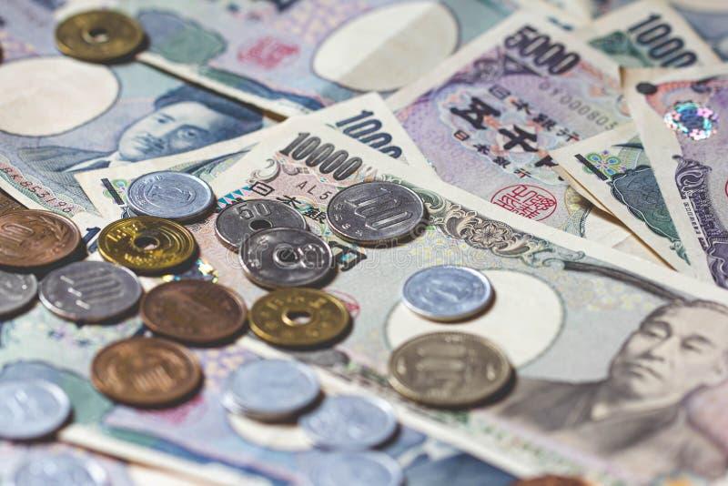 Billetes de banco y monedas de los yenes japoneses imagen de archivo