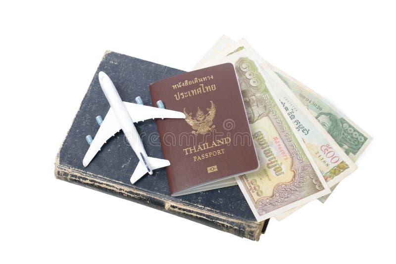 Billetes de banco y pasaporte camboyanos de Tailandia fotos de archivo