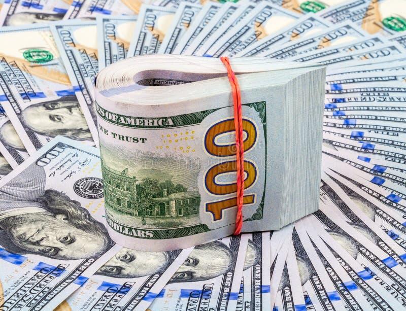 Billetes de dólar americanos envueltos por la goma sobre dólares foto de archivo libre de regalías