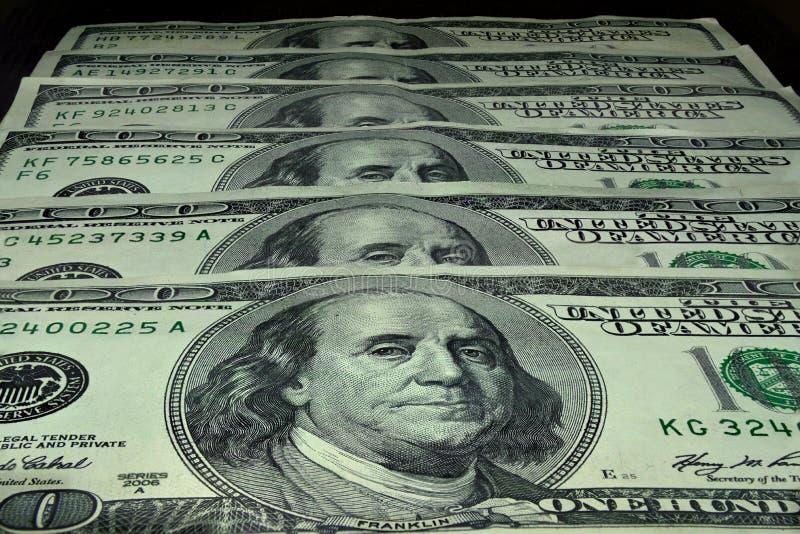 100 billetes de dólar se apilan en fila fotografía de archivo libre de regalías