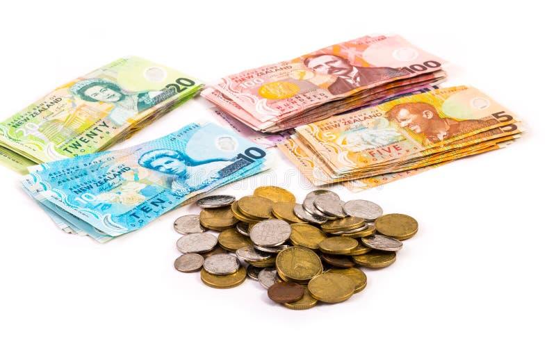 Billetes y monedas en la moneda de Nueva Zelanda foto de archivo