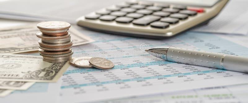 Billets d'un dollar et pièces sur des documents avec une calculatrice photographie stock