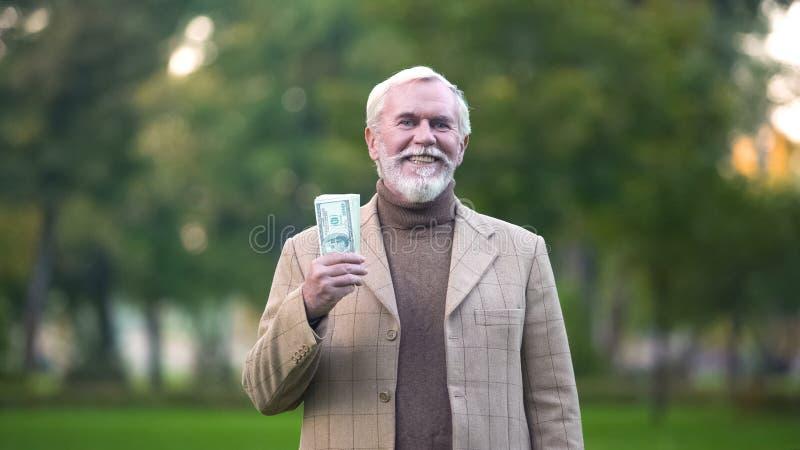 Billets d'un dollar heureux de participation de vieil homme  photographie stock libre de droits