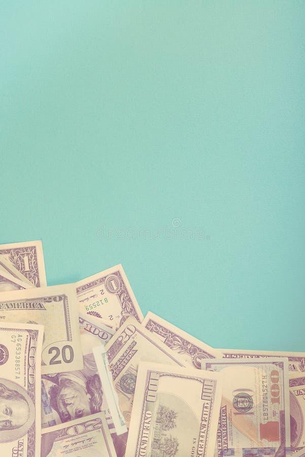 Billets de banque américains du dollar sur le fond de papier bleu Vue supérieure Copiez l'espace dollars dispersés photographie stock