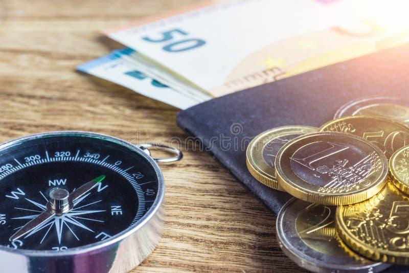 Billets de banque, boussole et passeport d'euros d'argent photographie stock libre de droits