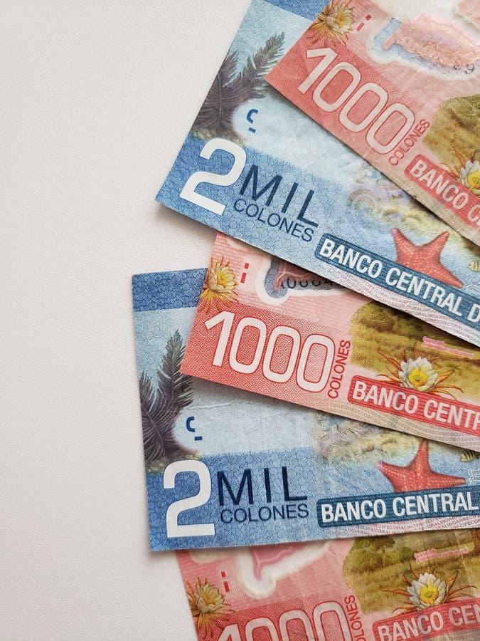 Billets de banque de Costa Rican et fond blanc photographie stock