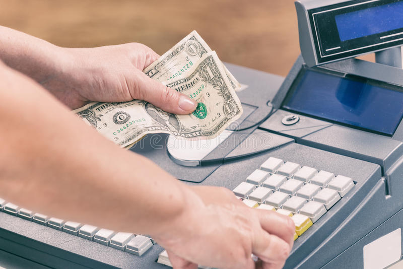 Billets de banque de holdnig de caissier images stock