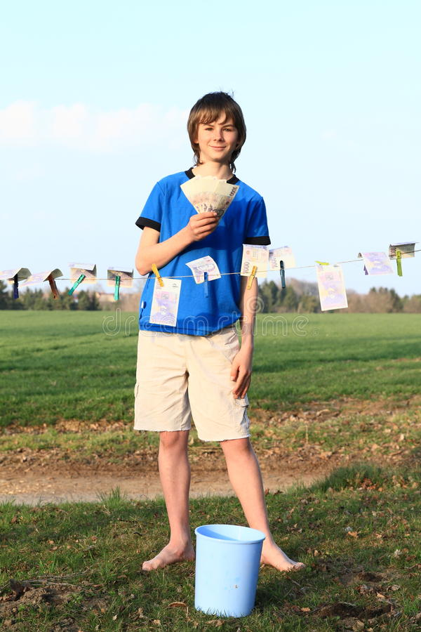 Billets de banque de séchage de garçon photos libres de droits