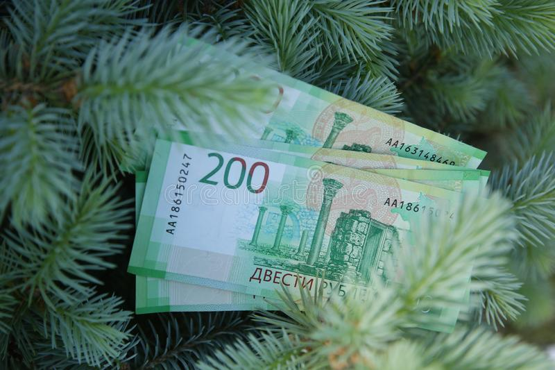 Billets de banque deux cents roubles russes Argent vert de papier d'argent liquide sur le sapin vert photographie stock libre de droits