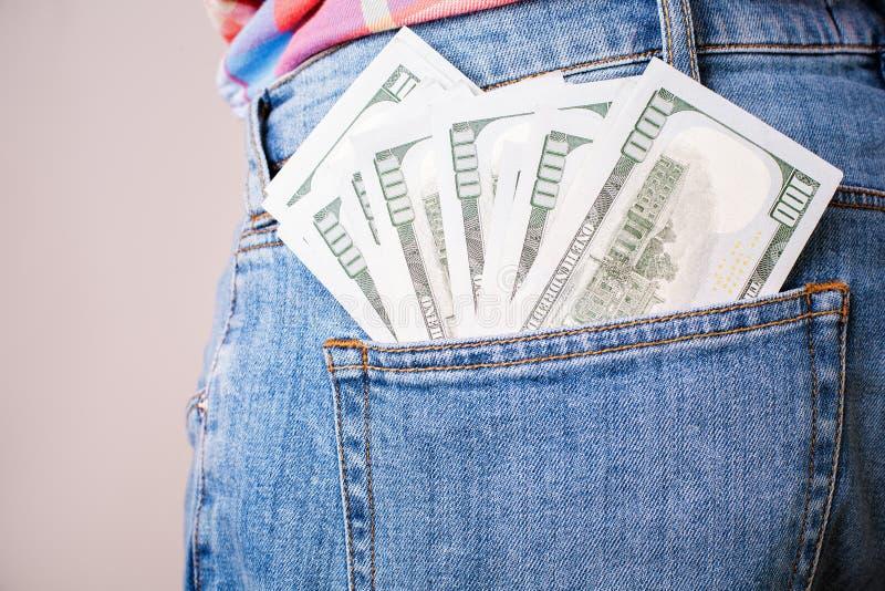 Billets de banque du dollar dans la poche arrière images libres de droits
