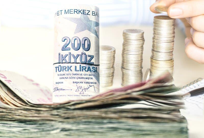 Billets de banque empilés et pièces de monnaie de Lire turque photos libres de droits