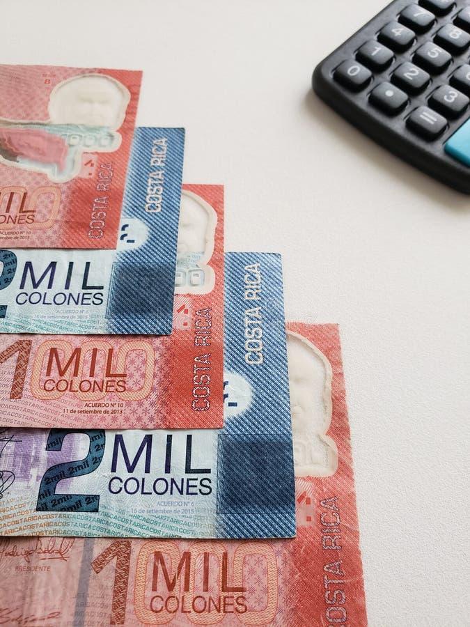 Billets de banque et calculatrice de Costa Rican sur le fond blanc photo libre de droits