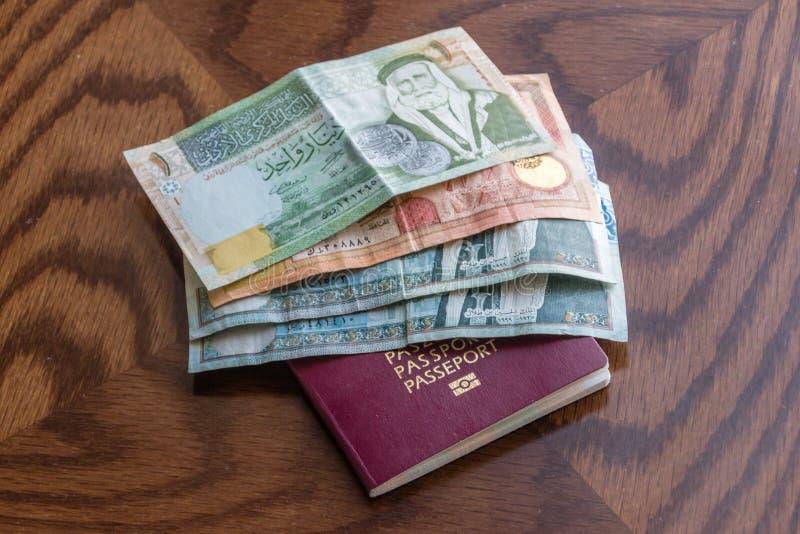 Billets de banque et passeport de dinar jordanien image stock
