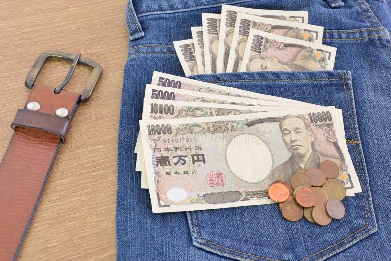 Billets de banque et pièces de monnaie japonais images stock