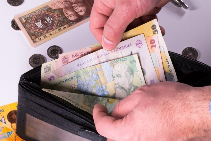Billets de banque et pièces de monnaie roumains, chinois et suisses photographie stock