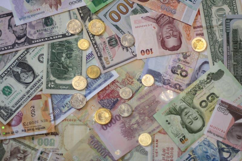 Billets de banque et pi?ces de monnaie de diff?rents pays images libres de droits