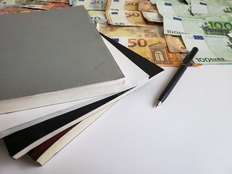 billets de banque européens de différentes dénominations, de livres, de stylo noir et de livre blanc photographie stock libre de droits