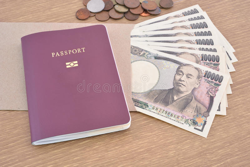 Billets de banque japonais avec le passeport image stock