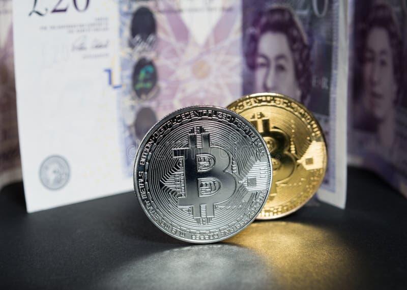 Billets de banque de livres de Bitcoins et de l'Angleterre derrière images stock