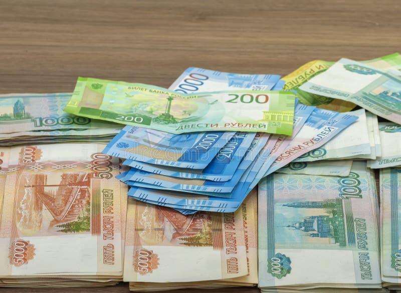 Billets de banque de papier de deux cents roubles mille, deux et cinq mille roubles de la Fédération de Russie image stock