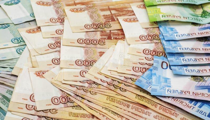 Billets de banque de papier de deux cents roubles mille, deux et cinq mille roubles de la Fédération de Russie images stock