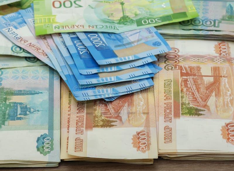 Billets de banque de papier de deux cents roubles mille, deux et cinq mille roubles de la Fédération de Russie photo libre de droits