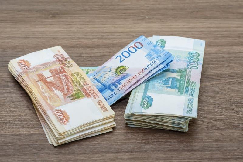 Billets de banque de papier de deux cents roubles mille, deux et cinq mille roubles de la Fédération de Russie photographie stock libre de droits