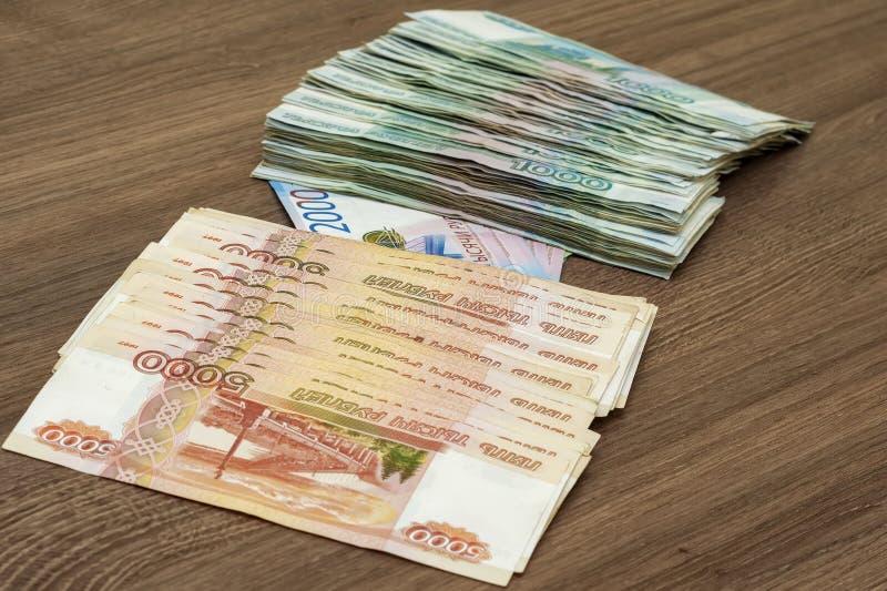 Billets de banque de papier de deux cents roubles mille, deux et cinq mille roubles de la Fédération de Russie images libres de droits