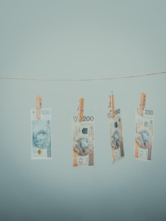 Billets de banque sur la ligne de blanchisserie images stock
