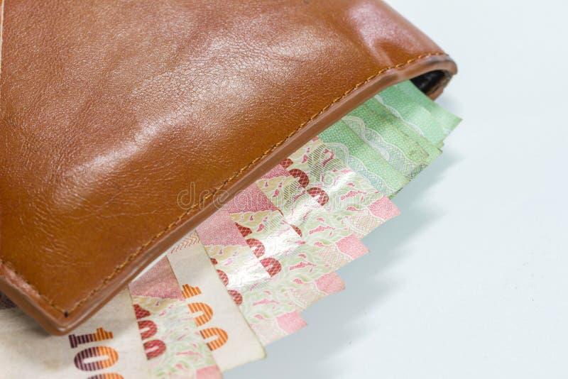 Billets de banque thaïlandais dans un portefeuille sur le fond blanc photos libres de droits
