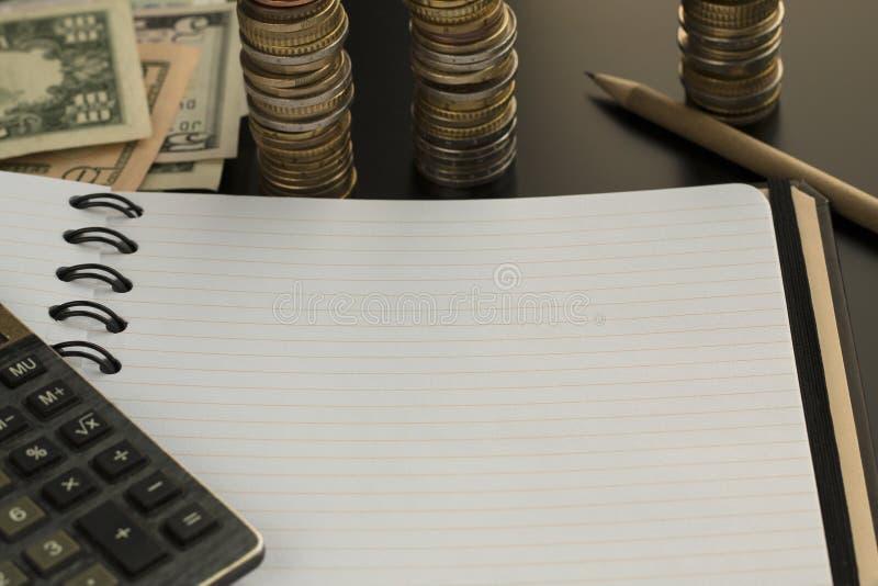 Billets de banque vides de bloc-notes, de crayon, de calculatrice et de dollar photographie stock