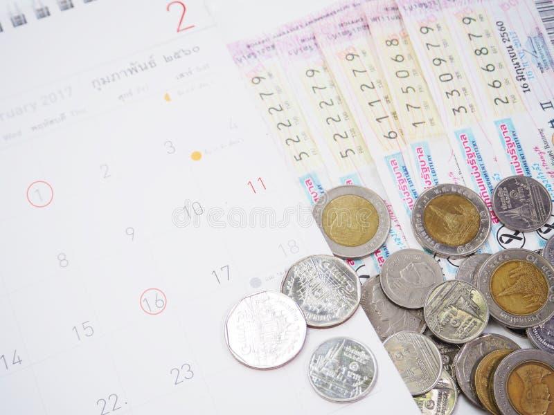 Billets de loterie thaïlandais et calendriers thaïlandais avec le rouge marqué du contrôle images stock