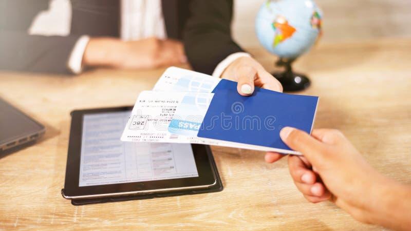 Billets et documents de Giving Her Clients d'agent de voyage images stock