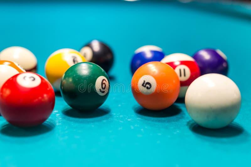 Billiard färgade bollar på blå tabellbakgrund arkivbild