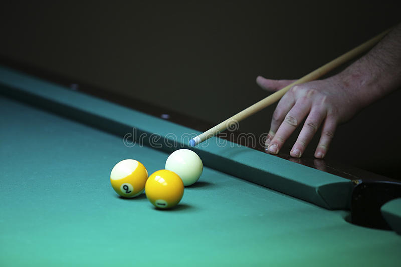 billiard la mano con señal se prepara para golpear una bola fotografía de archivo