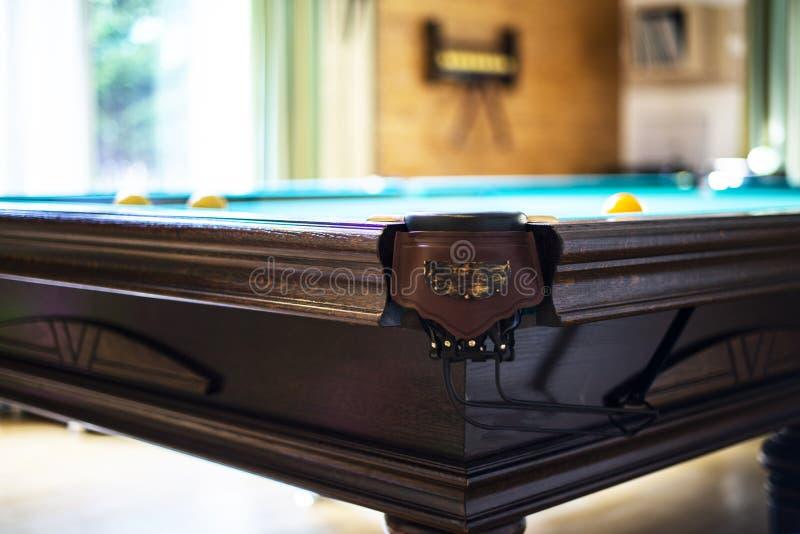 billiard zakończenia stół bilardowy grać Billiards wskazówka na zielonym billiards stole i piłki Bilardowy sporta pojęcie Basen b zdjęcie stock