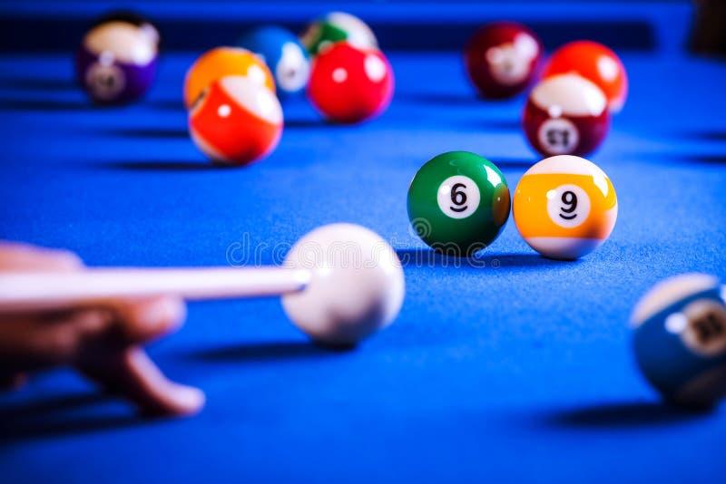 Billiardbollar i en pöltabell arkivbilder