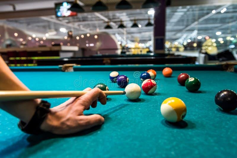 Billiardbollar och hand med stickreplikslut upp royaltyfri bild
